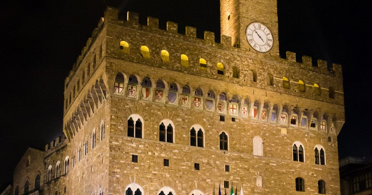 Фасад дворца в ночное время